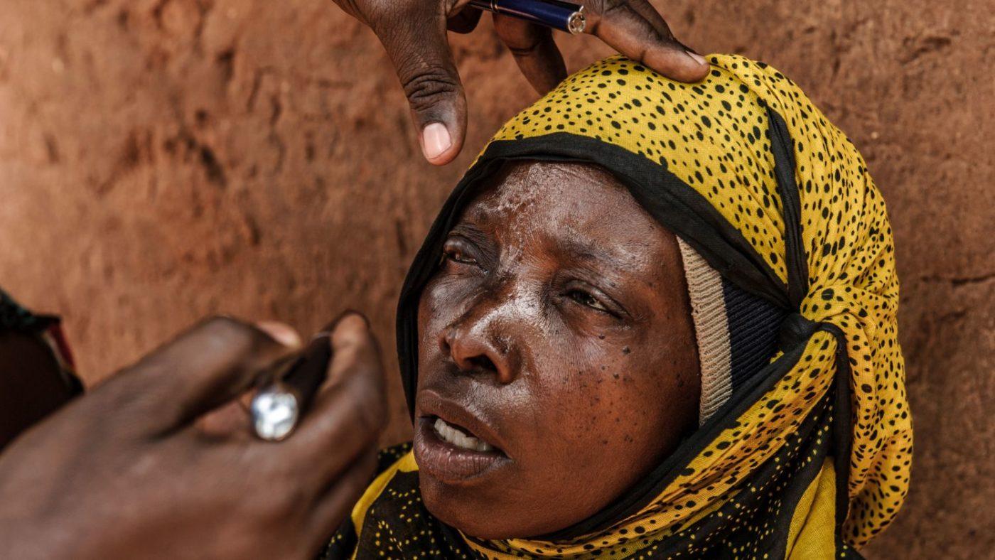 Fatuma viene visitata agli occhi.
