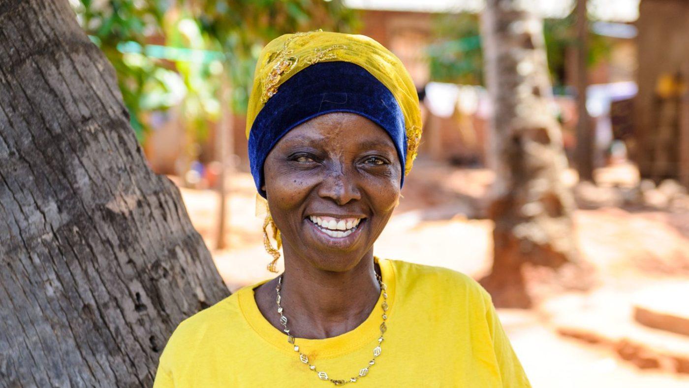 Fatuma sorride felice dopo la sua operazione.
