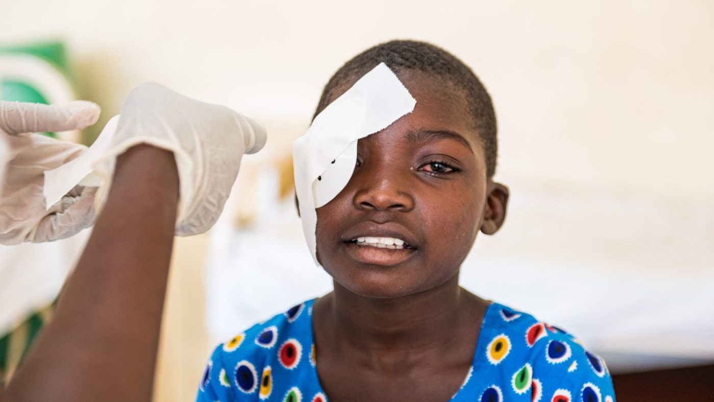 Mary con la benda sull occhio dopo l operazione.