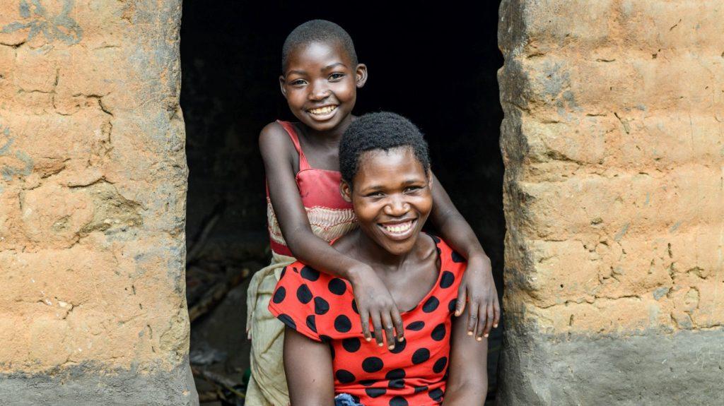 Mary e la sua mamma Martha sorridono felici.