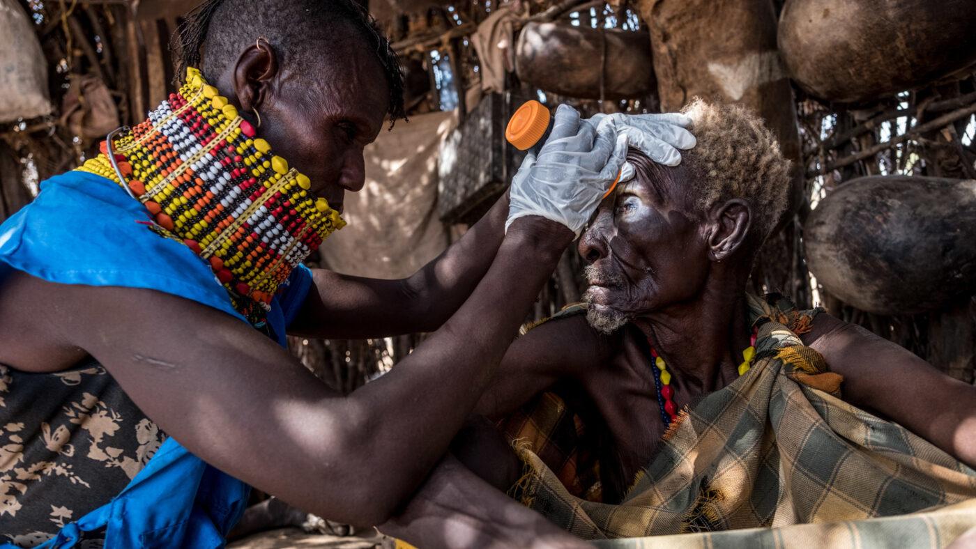 Ngurotin visita gli occhi di un anziano.