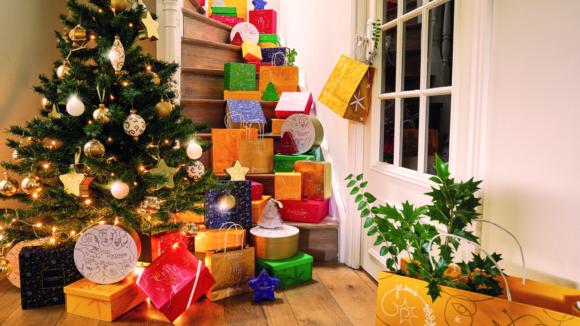Un albero di Natale con i cofanetti de L Occitane.