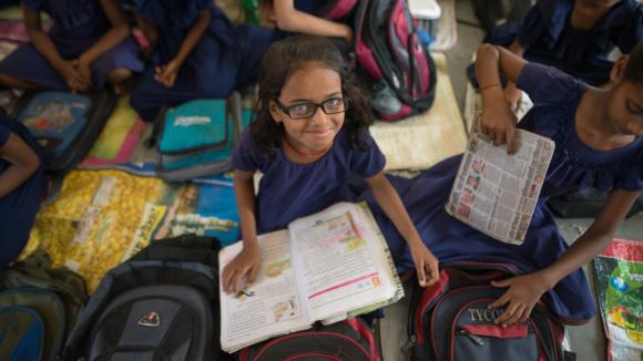 Una bambina a scuola con i suoi compagni.