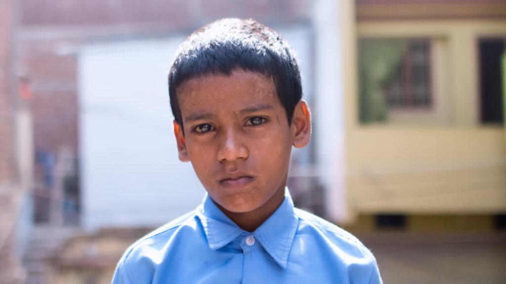 Shahid è un bambino dal volto triste.