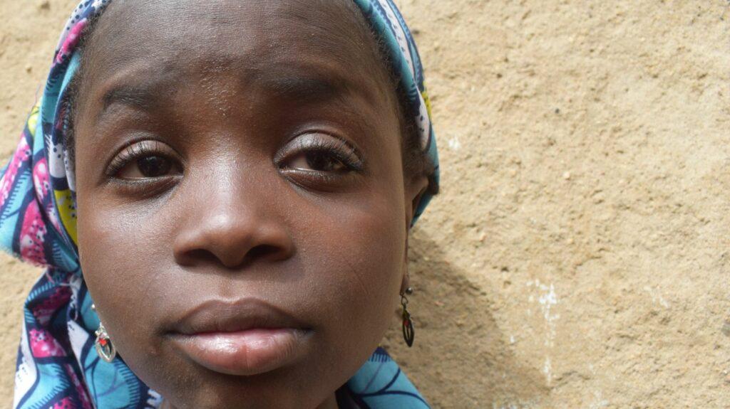 Primo piano di Khadija che sorride.