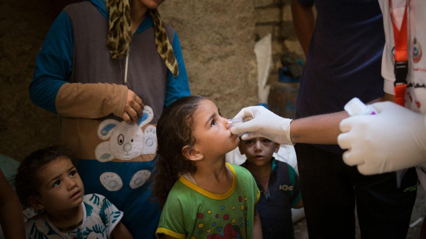 Una bambina riceve la medicina per il tracoma.