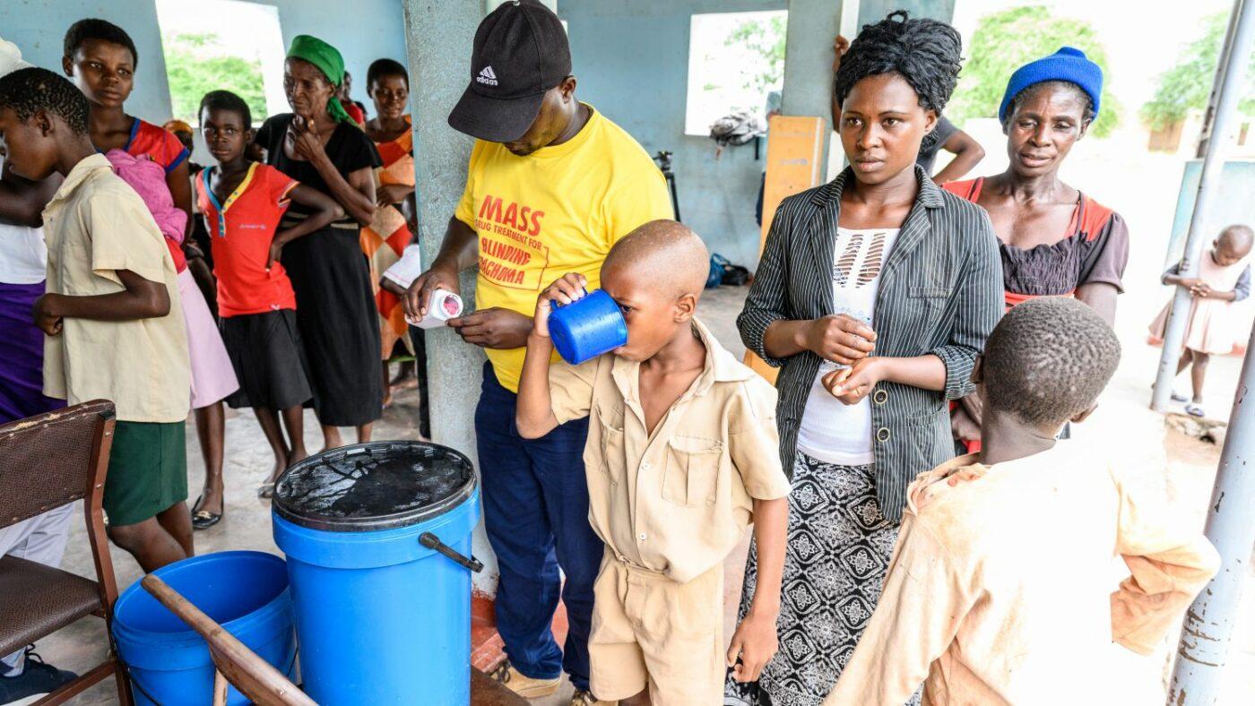 Un bambino prende l antibiotico che gli ha dato Ndumiso.