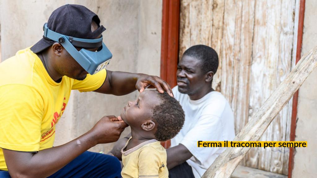 Ndumiso visita un bambino colpito dal tracoma.