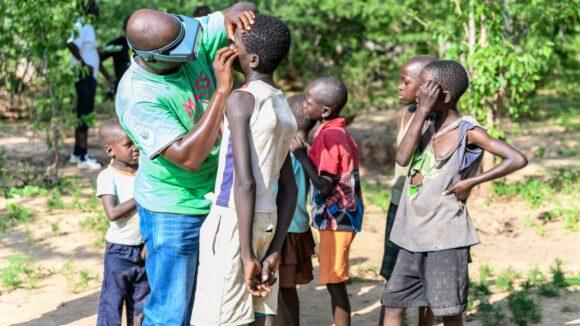 Ndumiso visita gli occhi di alcuni bambini.