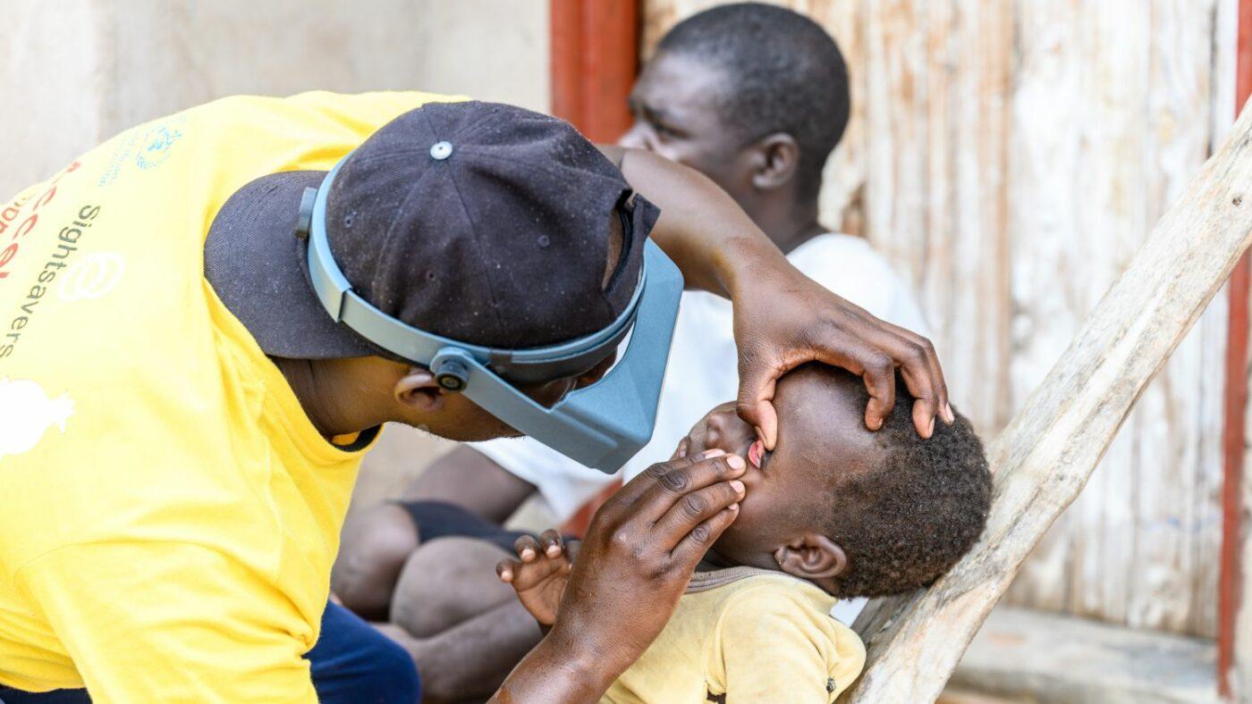 Ndumiso visita gli occhi di una bambina.