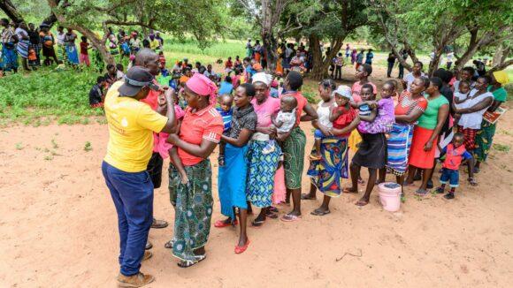 Una fila di persone in attesa di essere visitati da Ndumiso.