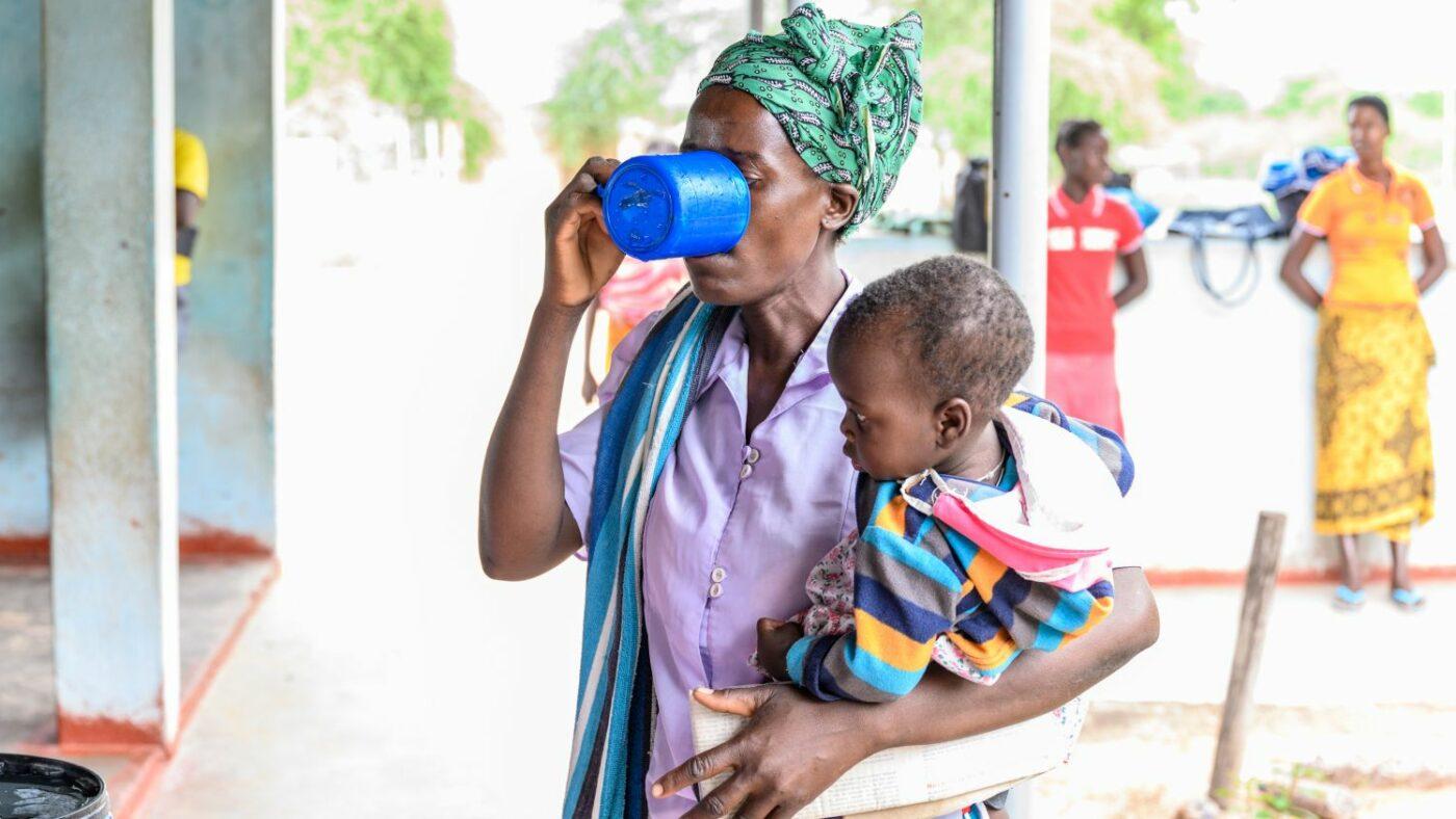 Una mamma con il suo bambino prende l antibiotico.