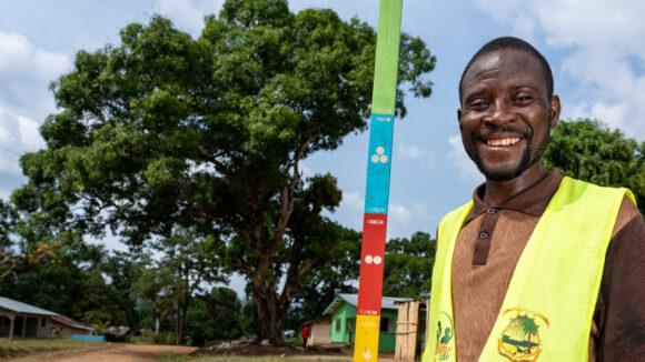 victor sorride durante una sessione di distribuzione dei medicinali
