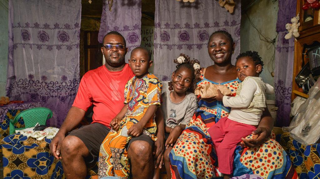 lesline sorride con tutta la sua famiglia