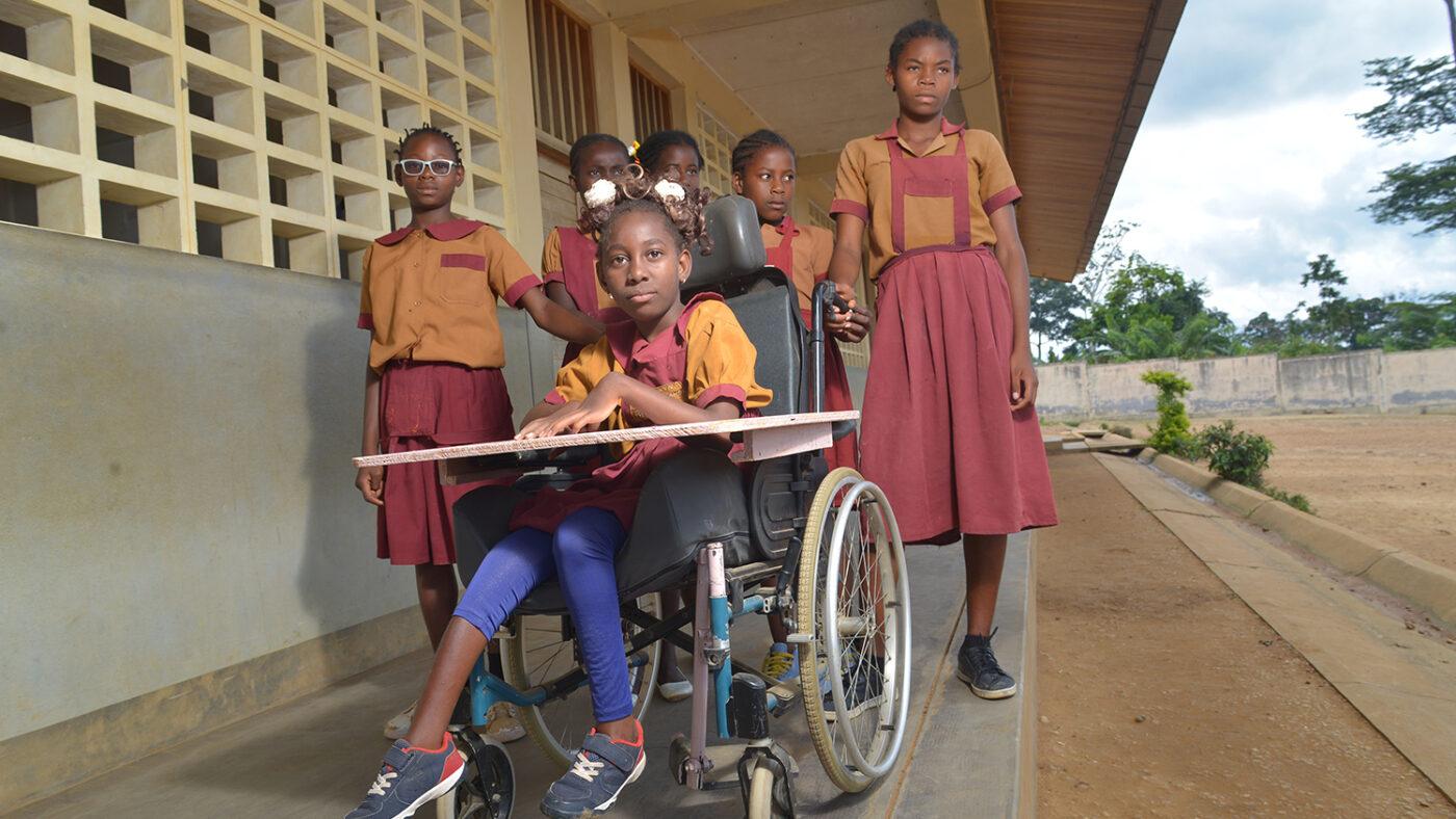 lesline e le sue amiche girano per la scuola