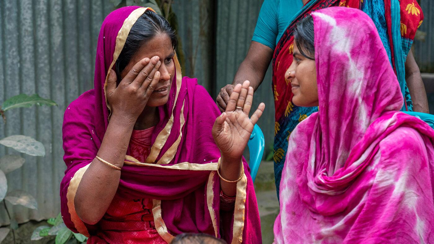 shamima parla con la sua famiglia con un linguaggio dei segni inventato da loro