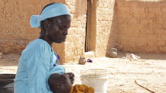 zwaira allatta il suo bambino