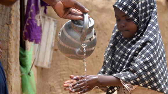 bambina lava le mani per proteggersi dalla pandemia